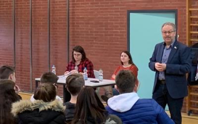 Bürgermeister Neumeyer im Gespräch mit Schülern der JGS